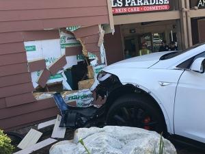 coche estrellado contra edificio